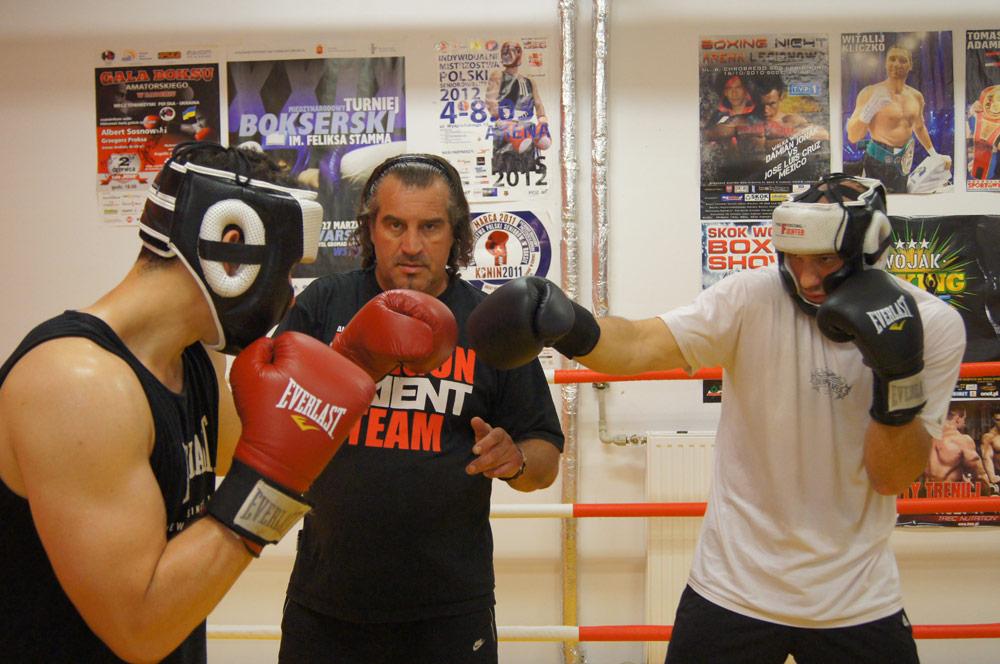 Fotografie trenujących pod okiem trenera zawodników