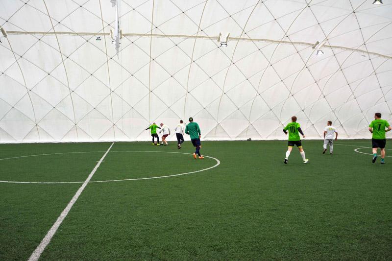 Fotografie zawodników uprawiających sport w hali pneumatycznej. Na każdym widać, jak wygląda hala od wewnątrz