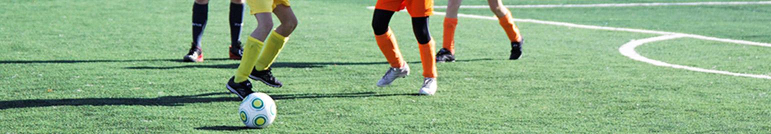 Fotografia chłopców trenujących piłkę nożną i siatkówkę na boiskach Orlika