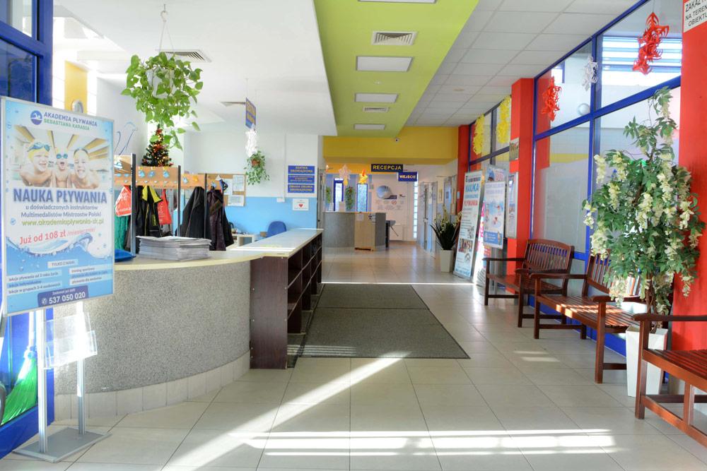 Fotografie recepcji, szatni, pływalni i innych pomieszczeń znajdujących się wewnątrz obiektu przy ulicy Conrada 6