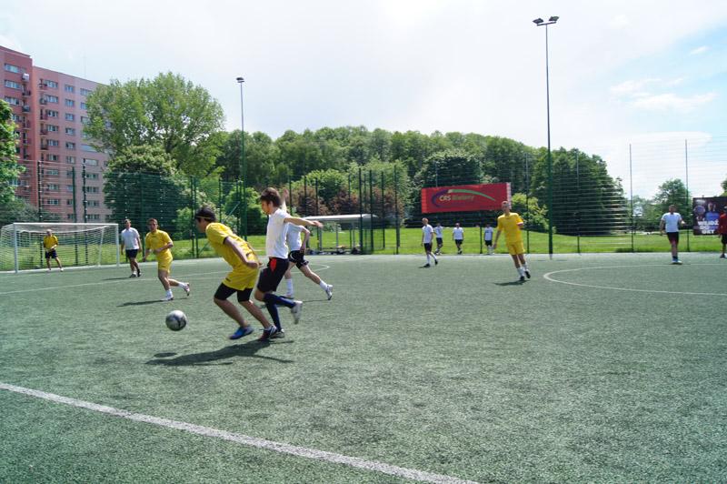 Fotografie chłopców grających w piłkę nożną