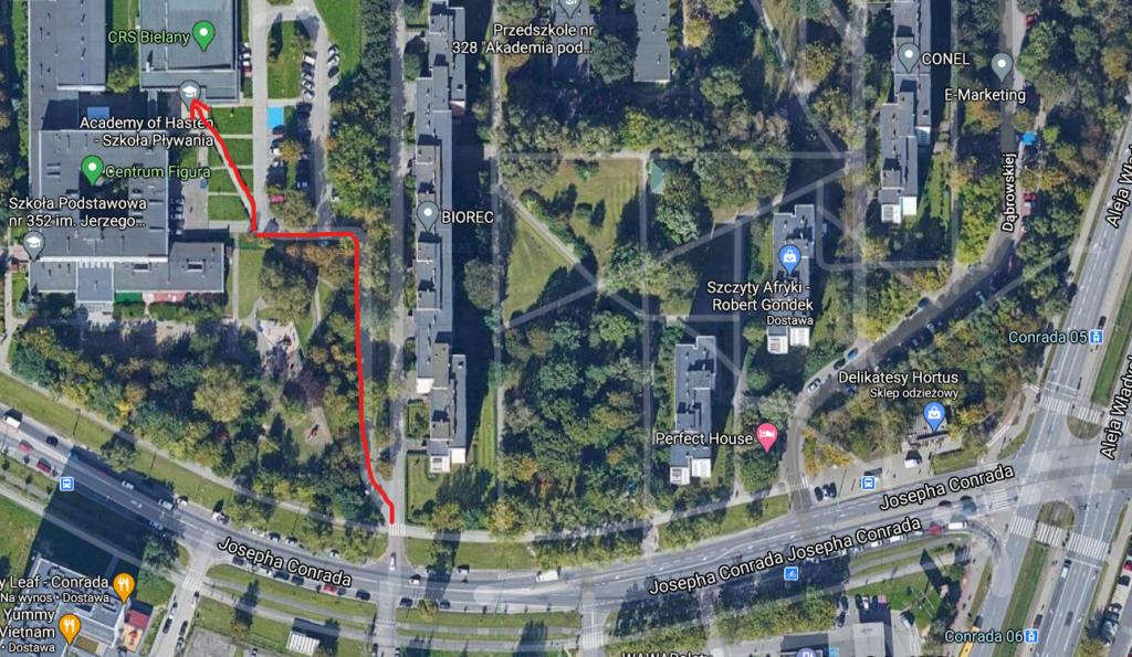 Zdjęcie satelitarne - położenie obiektu i jego sąsiedztwo oraz zaznaczony czerwoną linią dojazd/dojście od ulicy Conrada. Widoczne są najbliższe przystanki i przejście dla pieszych.