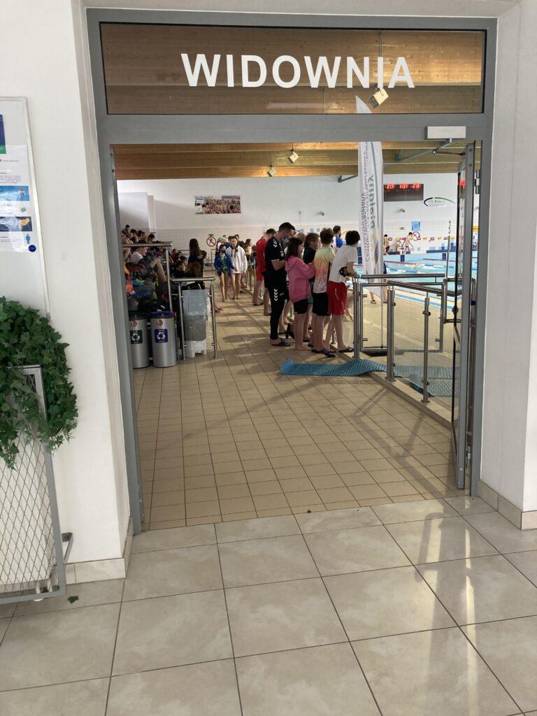 Wejście na widownię pływalni