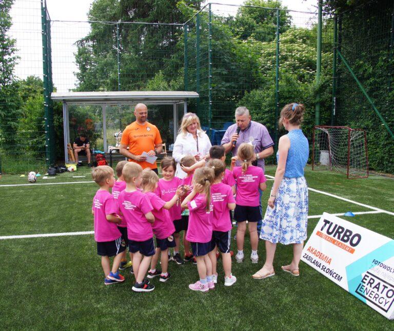 Młodzi zawodnicy, przedszkolaki otrzymują medale oraz puchary od Zastępcy Burmistrza Andrzeja Maliny oraz Dyrektor CRS Bielany Anny Szymczak-Gałkowskiej.