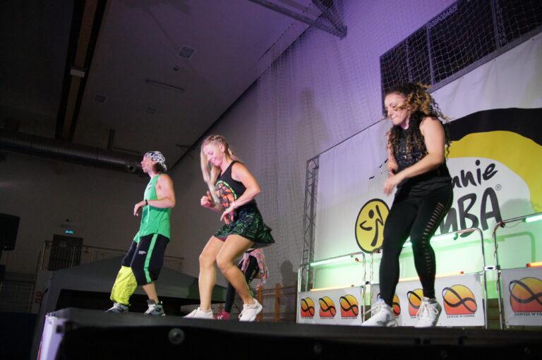 trzy osoby dorosłe tańczące na scenie