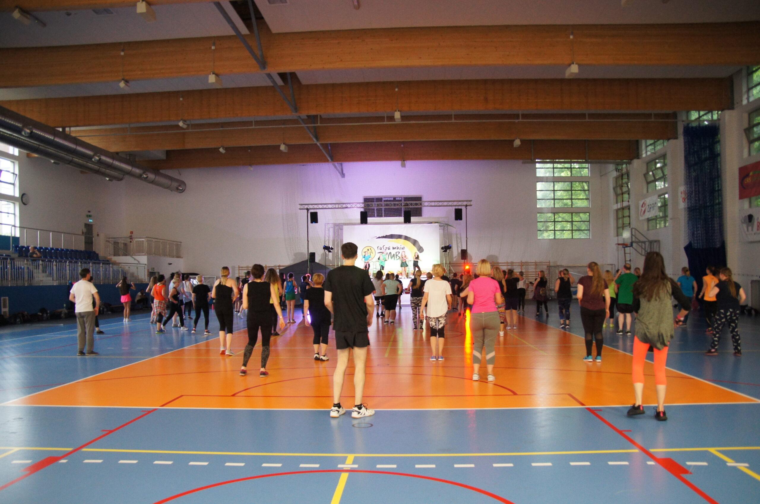 dorośli ludzie tańczący na hali sportowej