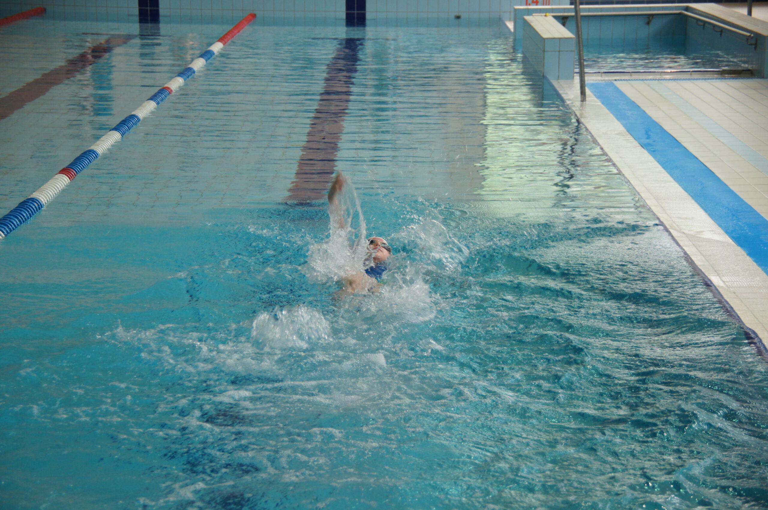 Dziecko płynie podczas zawodów.