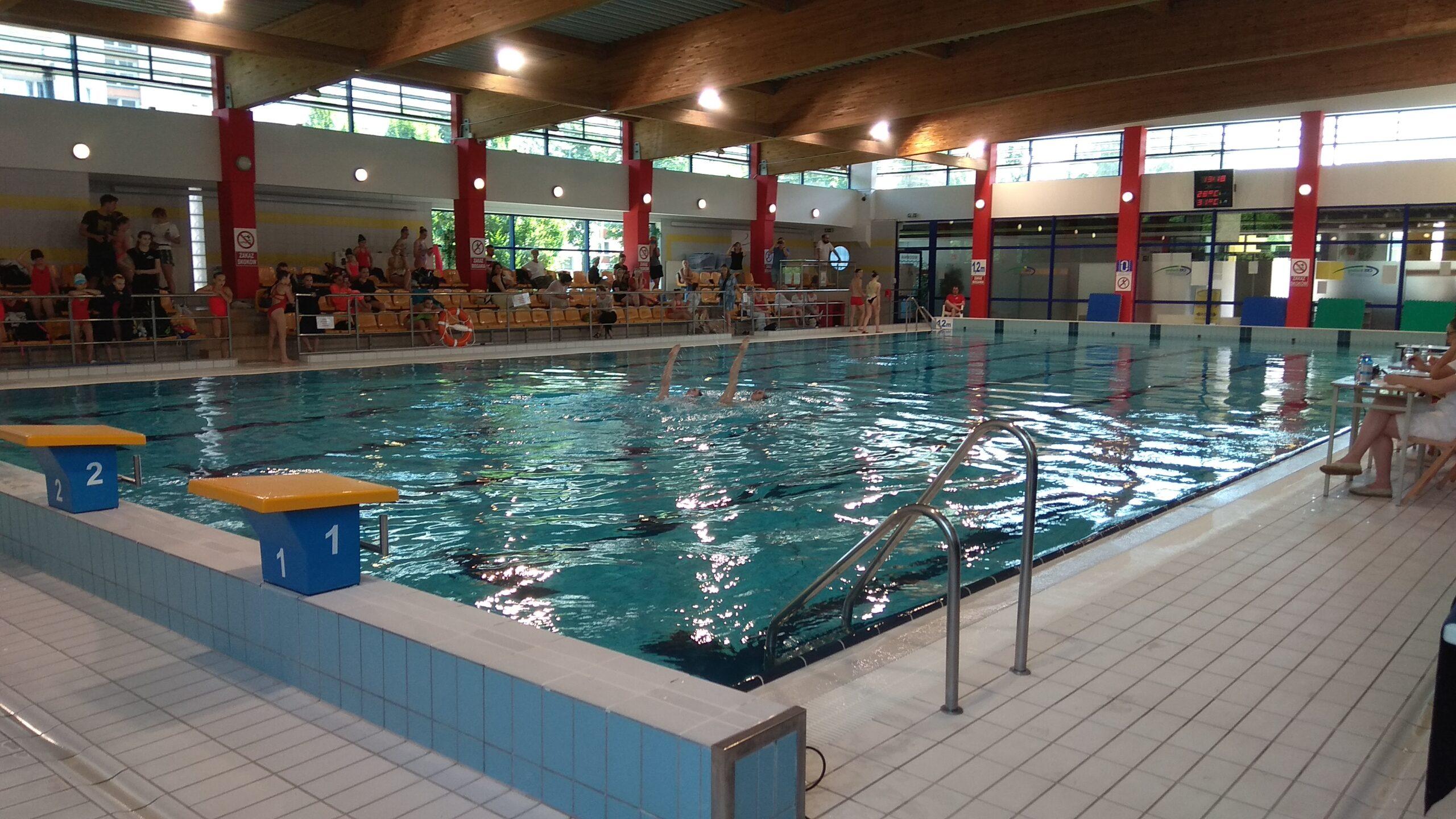Pływające dzieci na basenie.