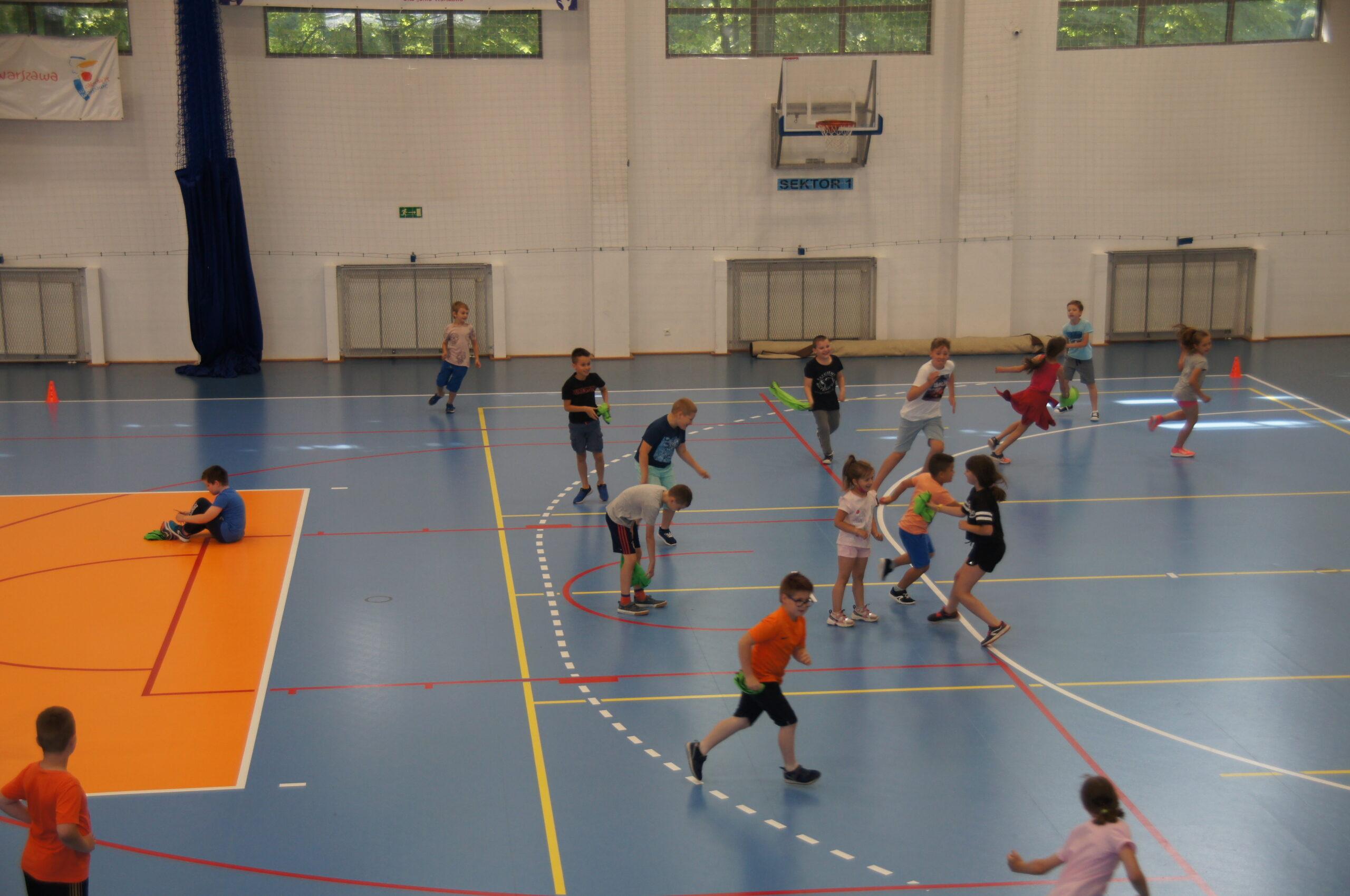 Grupa dzieci bawiąca się na hali CRS Bielany.