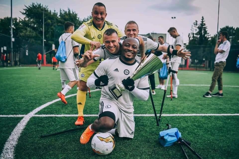 Sportowcy w AMP Futboll pozujący do zdjęcia.