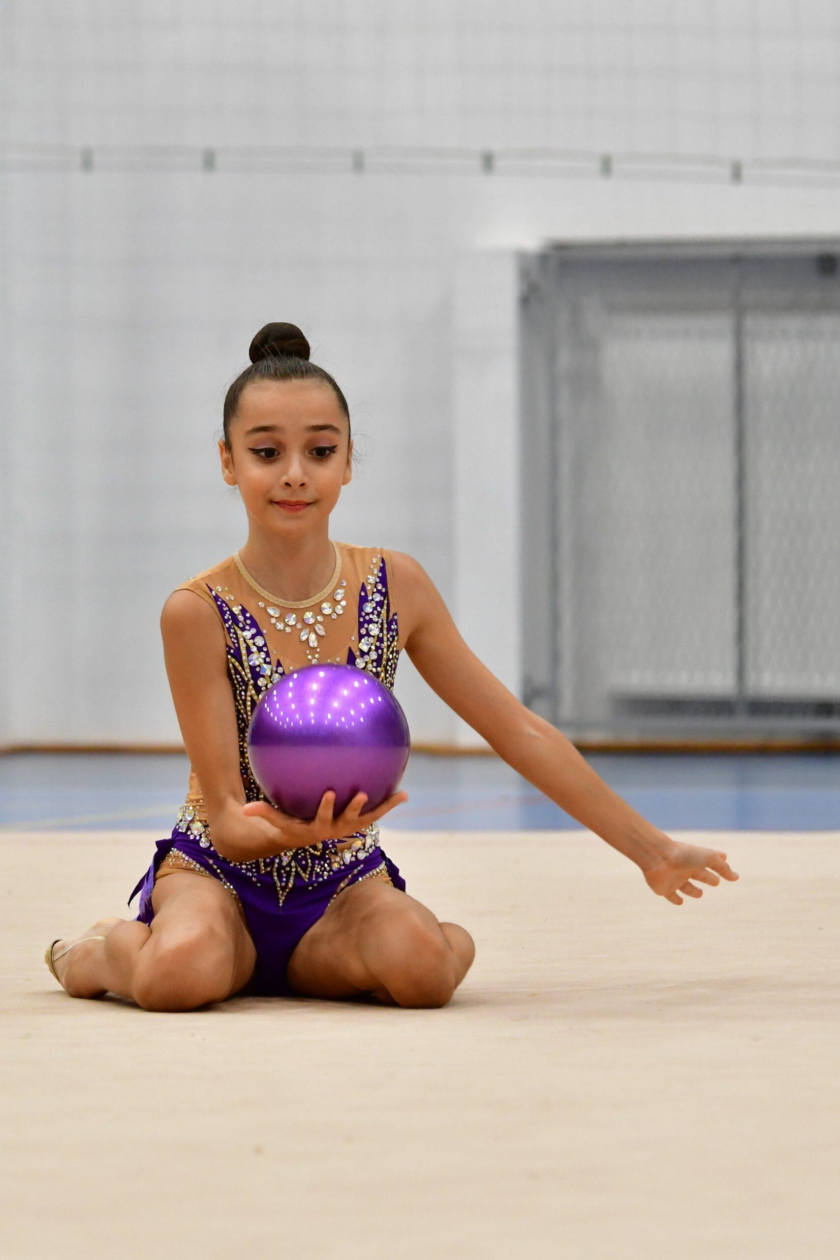 młoda zawodniczka podczas pokazu z gimnastyki artystycznej